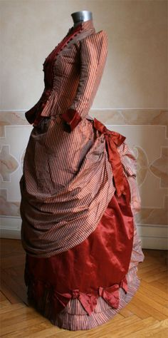 Red Striped Bowed Bustle Dress and Jacket, ca Abiti Antichi Ladies 1880s Fashion, Edwardian Fashion, Vintage Fashion, Antique Clothing, Historical Clothing, Vintage Gowns, Vintage Outfits, Vintage Hats, Victorian Dresses