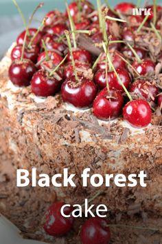 Sjokoladekake med kirsebær kalles også Black forest cake. Den har røtter i Schwarzwald, den svarte skogen. Oppskrift fra Lise Finckenhagen. Norwegian Food, Black Forest Cake, Deserts, Cherry, Sweets, Chocolate, Fruit, Sweet Pastries, Goodies