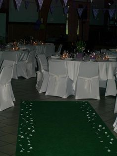 L'entrée de la salle : un tapis d'herbe parsemé de paquerettes