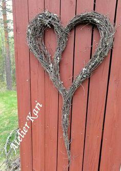 Atelier Kari lager kranser, hjerter og dekorasjoner av vakre naturmaterialer. Dekoratør på Finnskogen. All Things Christmas, Christmas Time, Nature Decor, Valentine Crafts, Grapevine Wreath, Grape Vines, Diy And Crafts, Crochet Necklace, Projects To Try