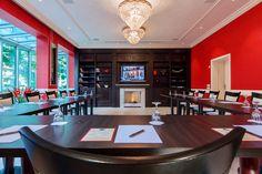 """Unser Haus verfügt über einen Tagungsraum, der sich durch Helligkeit, freundliche und elegante Einrichtung auszeichnet. Eine Verdunkelung des Raumes, wie zum Beispiel für Präsentation, ist sogar möglich. Der Tagungsraum """"Kaminzimmer"""" bietet auf ca. 60 m² Platz für bis zu 30 Personen (je nach Bestuhlung)."""