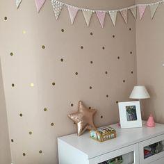 Gold polka dots by nicolasito.es Vinilos de lunares dorados para la pared