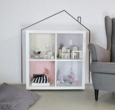 Das KALLAX Regal eignet sich perfekt, um ein wunderschönes Puppenhaus daraus zu machen.