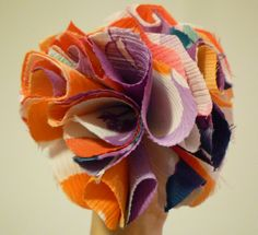 BROCHE COLORINES -  Muy colorado broche de crepé de viscosa. Montado encima de una base de fieltro rosa y dos cierres de seguridad. Precio: € 10
