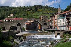 Pont en pierre à Camprodon, Catalogne, Espagne. http://www.lonelyplanet.fr/article/lespagne-velo #Pont #Camprodon #Catalogne #Espagne #vélo #randonnée #voyage #village