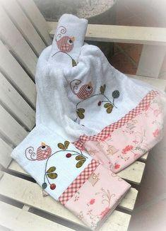 Decora tus Toallas de Baño de Forma Creativa Kitchen Hand Towels, Bathroom Towels, Dish Towels, Tea Towels, Fancy Hands, Towel Crafts, Crazy Patchwork, Decorative Towels, Baby Burp Cloths