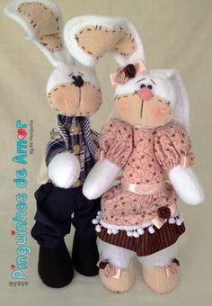 Olá pessoal! Os coelhos feitos em estilo russo são simplesmente cativantes! Amei fazer cada detalhe... creio que o final ficou muito bom! Estes coelhos podem ser usado para adornar uma cesta para Páscoa e presentar alguém muito especial.