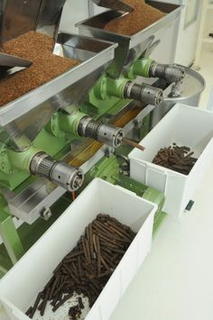 Início do processo de prensagem das sementes: após serem certificadas, as matérias primas são colocadas na máquina de extração para serem prensadas por uma rosca infinita. http://www.vitalatman.com.br/prensagem-a-frio/