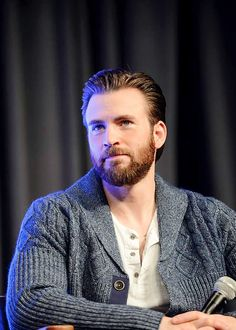I like men with sweater ^-^ Chris Evans at the 'Captain America: Civil War' panel at Wizard World Comic Con New Orleans (January 9, 2016)