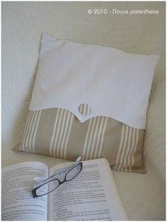 Cojines almohadas almohadones dos tipos de tela combinados blanca con boton tela a rayas beige blancas coussin douce parenthese monogramme
