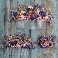 Unsere handgefertigten getrocknete Blume Haarkämme sind eine tolle Alternative für die Erstellung eines wilde, Bohemien Look zu Ihrer Hochzeit. Sie sind erhältlich in drei Größen messen: Kleine Größe Blumen messen ca. 7 x 4cms hoch. Mittelgroße Blüten messen ca. 13cms x 6cms