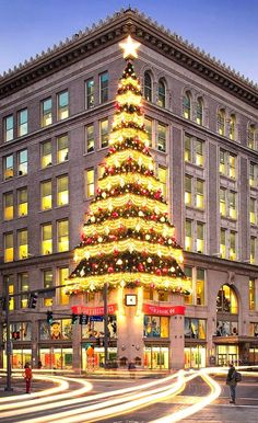 Christmas in Downtown Pittsburgh. Horne's Department Store Christmas tree brings back happy childhood memories. Christmas Tree Store, Christmas Time, Vintage Christmas, Christmas In The City, Outdoor Christmas Decorations, Holiday Decor, Le Riad, Pittsburgh City, Xmax
