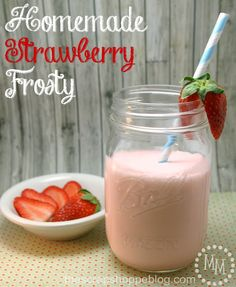 Homemade Strawberry Frosty Recipe is perfect for anyone who loves Wendy's copycat recipes! Ice Cream Desserts, Mini Desserts, Frozen Desserts, Ice Cream Recipes, Frozen Treats, Yummy Drinks, Delicious Desserts, Dessert Recipes, Yummy Food