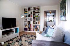 Moje mieszkanie po całkowitym remoncie, w wieżowcu z lat 70tych. - Mały salon z bibiloteczką z kuchnią, styl skandynawski - zdjęcie od Katarzyna Łagowska