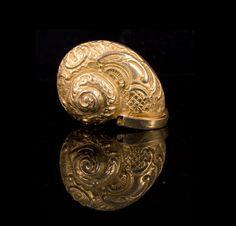 Gold tone metal snail box - Length : 1,5in.