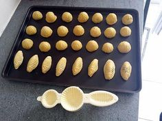 La meilleure recette de Maamoul au chocobon kinder! L'essayer, c'est l'adopter! 4.5/5 (2 votes), 2 Commentaires. Ingrédients: 250 gr de farine 250 gr de semoule fine 125 gr de beurre fondue 1 paquet de kinder chocobon (oeuf) Eau de fleur d oranger Sucre glace 1 yaourt nature 2 c à s de sucre semoule Cake Decorating Tools, Cookie Decorating, English Food, Griddle Pan, Biscuits, Baking Recipes, Cooking, Desserts, Ramadan