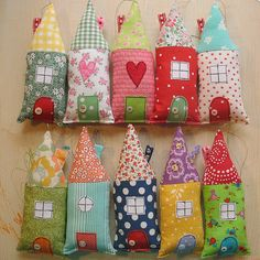 cute little houses - Would be fun to have a little collection of them with everyone's own ideas and have rice or beans in it so I could sit them on a shelf.cute little houses, maybe keyrings diy idea for x-mas giftsThese fabric houses would make cute Sewing Hacks, Sewing Crafts, Sewing Projects, Craft Projects, House Quilts, Fabric Houses, Felt Crafts, Diy And Crafts, Creation Couture