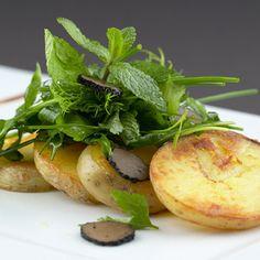 Een overheerlijke aardappelcarpaccio met truffelolie en kruidensalade, die maak je met dit recept. Smakelijk!