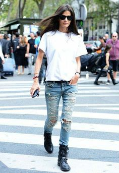 Love this #casual #look: #white tee and ripped jeans. So awesome!