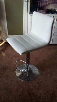 1 x Bar, dining room or kitchen stool. White padded leather. Adjustable with an easy hydraulic height lever with a chromed disk base, built in footrest, and swivel design. Barely used, clean in perfect condition.