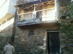 Típica casa en Galicia con balcón de madera