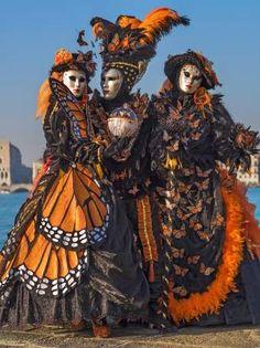 Carnaval de Venise les masques et costumes. That dress on the left is gorgeous! Venetian Costumes, Venice Carnival Costumes, Mardi Gras Carnival, Venetian Carnival Masks, Mardi Gras Costumes, Carnival Of Venice, Venetian Masquerade, Masquerade Ball, Halloween Costumes