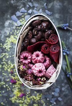 Chokladdoppade nötter, mörk choklad med quinoapuffar, vit choklad med lingonpulver och egengjorda godisremmar av frukter och bär!