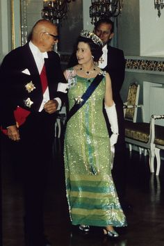 1976 The Queen chose a sparkling green gown (and a sparkling tiara) to see President Urho Kekkonen during a royal visit to Finland. Hm The Queen, Royal Queen, Her Majesty The Queen, King Queen, Queen Fashion, Royal Fashion, Prinz Philip, Robes Glamour, Metallic Look