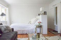 10 ideas para dividir tu monoambiente  Si tu depto tiene una tipología como el de la foto, la parte trasera de un armario puede funcionar como cabecera de cama y limitar la vista de la puerta de entrada.         Foto:Apartmenttherapy.com