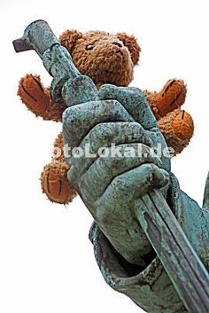 KramBam (das ist unser kleiner Teddybär) unterwegs in Bad Pyrmont - hier auf der Hand eines Soldaten am Kriegerdenkmal auf dem Kaiserplatz.