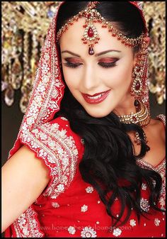 Bridal Indian Makeup is very famous among brides. In Bridal Indian Makeup they used to have dark and glitter shades. Indian Wedding Makeup, Bridal Eye Makeup, Indian Bridal Makeup, Bridal Makeup Looks, Asian Bridal, Bride Makeup, Wedding Beauty, Indian Bridal Hairstyles, Bride Hairstyles