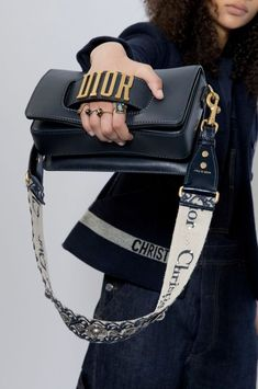 like a Dior bag.Nothing like a Dior bag. See detail photos for Christian Dior Fall 2017 Ready-to-Wear collection. Christian Dior Spring 2017 Ready-to-Wear collection by Maria Grazia Chiuri Nordic Style Report ( Fall Handbags, Dior Handbags, Cheap Handbags, Trendy Handbags, Handbags Online, Fabric Handbags, Hobo Handbags, Fashion Week Paris, Fashion Weeks