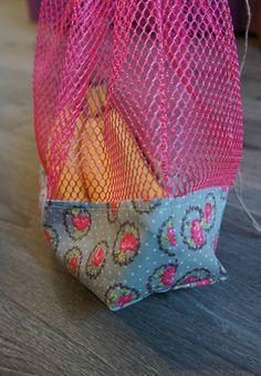 Après le sac à pain, il était temps de coudre des sacs pour les fruits et légumes. Une après-midi de découpe et de couture à la chaîne et... Recycled Plastic Bags, Recycled Crafts, Sewing Hacks, Sewing Crafts, Sewing Projects, Produce Bags, Eco Friendly Fashion, Couture Sewing, Fukushima