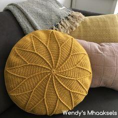 Photos and Videos Crochet Home, Crochet Yarn, Crochet Stitches, Free Crochet, Crochet Patterns, Crochet Cushions, Crochet Pillow, Stool Covers, Pillow Covers