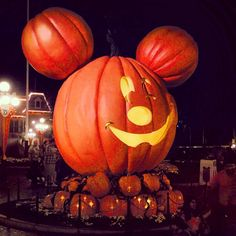 Perché infondo siamo legati indissolubilmente alla Disney #Disney #halloween #California #usa #mickeymouse #childhood #orange by armandando_