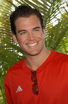 Michael Weatherly NCIS So cool he is a bit of a nerd. took awhile to like him. Michael Weatherly, Criminal Minds, Michael Manning, Anthony Dinozzo, Ncis Stars, Serie Ncis, Ncis Cast, Ncis New, New York City