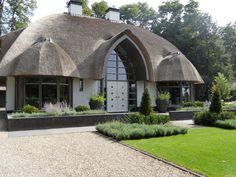 Rieten dak/landelijk moderne tuin/oprit grind