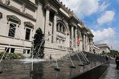 Το Met, που έμεινε κλειστό από τις 13 Μαρτίου, ενώ συνήθως υποδέχεται περίπου επτά εκατομμύρια Louvre, Building, Travel, Viajes, Buildings, Destinations, Traveling, Trips, Construction