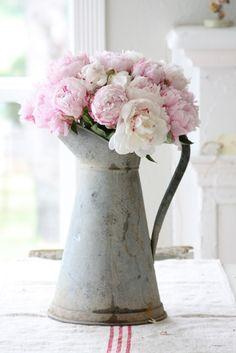 古ぼけた質感の花瓶とフレッシュなお花が、絶妙なバランス。