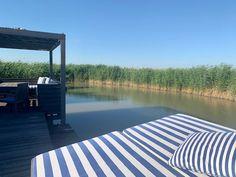 """Der Pfahlbau in Rust am Neusiedlersee: Willkommen in der Seehütte Rust im Neusiedlersee. Unsere Seehütte ist ein Pfahlbau in Rust und steht direkt im See. Umgeben von Schilf, unendlicher Ruhe und dem Ausblick auf """"Aussteigen"""" aus dem Alltag."""