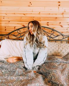 """Sarah Betts on Instagram: """"just embracing all the cozy cabin vibes 🎄 . . #longhair #california #outfit"""" Most Beautiful Pictures, Cute Pictures, Sarah Betts, Cozy Sofa, Life Hacks For School, Cozy Fireplace, Cozy Cabin, Foto Pose, Youtubers"""