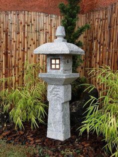 """Lanterna de pedra tradicional para Jardim Japonês. O Modelo """"Oribe""""  recebe o nome do monarca que há séculos atrás a concebeu, e da respectiva província Japonesa.       Mais dicas e modelos em nosso site!"""