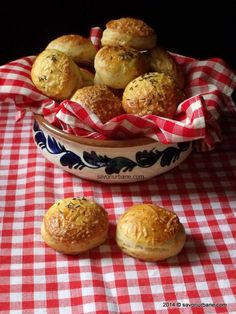 Pogacele cu cascaval | Savori Urbane Bread Recipes, Cooking Recipes, Romanian Food, Pastry Cake, Snacks, How To Make Bread, Cake Cookies, Biscotti, Bakery