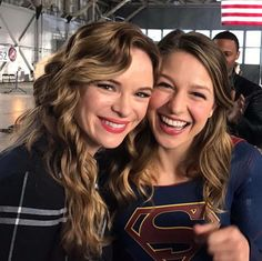 Supergirl and Danielle Panabaker. Reunited in the flash crossover. Kara Danvers Supergirl, Supergirl Tv, Supergirl And Flash, Melissa Benoist, The Cw, Series Dc, The Flash Season 3, Melissa Supergirl, Super Heroine