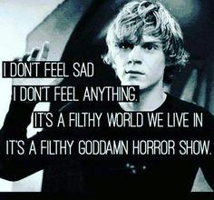 No siento tristeza  No siento cualquier pensamiento Es un mundo sucio en donde vivimos es un maldito espectáculo de horror.