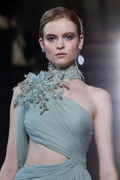 Elie Saab Spring Summer 2019 Haute Couture fashion show at Paris Couture Week (January Elie Saab Couture, Haute Couture Dresses, Haute Couture Fashion, Couture Details, Fashion Details, Fashion Design, Runway Fashion, Fashion Show, Live Fashion