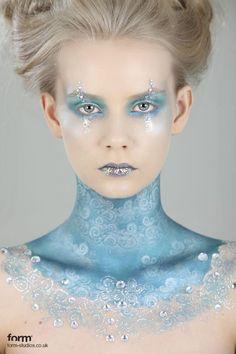 La Reina de hielo salida de los MaresCon un rostro maquillado en brillos y tonos azulados, la Reina de hielo emerge de las aguas de un Mar de esperanza. Frozen seguramente podría llevar un look parecido, que por su apariencia en sí es una joya.