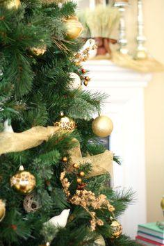 frischer tannenbaum goldener baumschmuck duft
