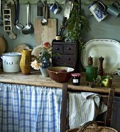 blue and white french country kitchens Rustic Kitchen, Vintage Kitchen, Kitchen Decor, Kitchen Walls, French Country Kitchens, Cottage Kitchens, Cottage Interiors, French Cottage, Home And Deco