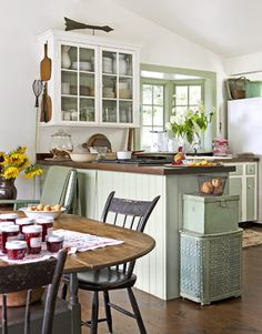 Cosy country kitchen-Decorating with Green - Ideas for Green Rooms and Home Decor - Country Living Green Kitchen, New Kitchen, Kitchen Decor, Kitchen Ideas, Kitchen Wood, Kitchen Dining, Room Kitchen, Kitchen Walls, Eclectic Kitchen